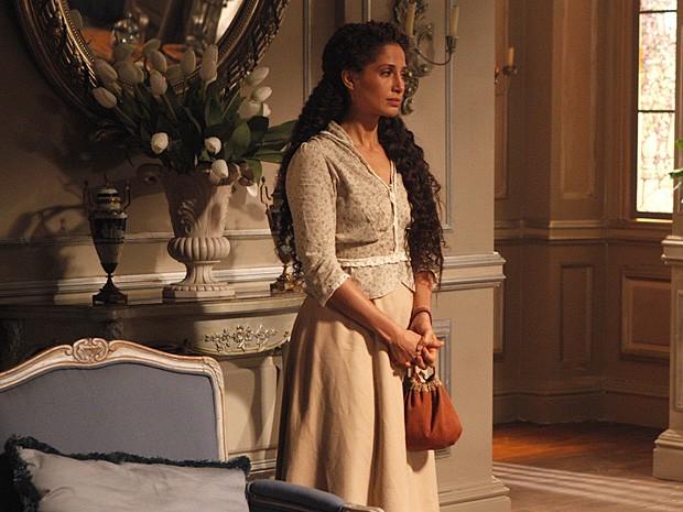 Isabel deixa a casa de Laura após discutir com Constância (Foto: Lado a Lado / TV Globo)