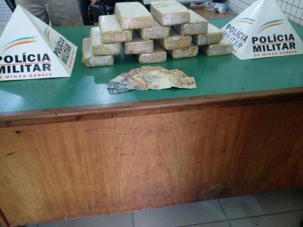Droga foi levada para a delegacia de Caratinga (Foto: Divulgação/PM)