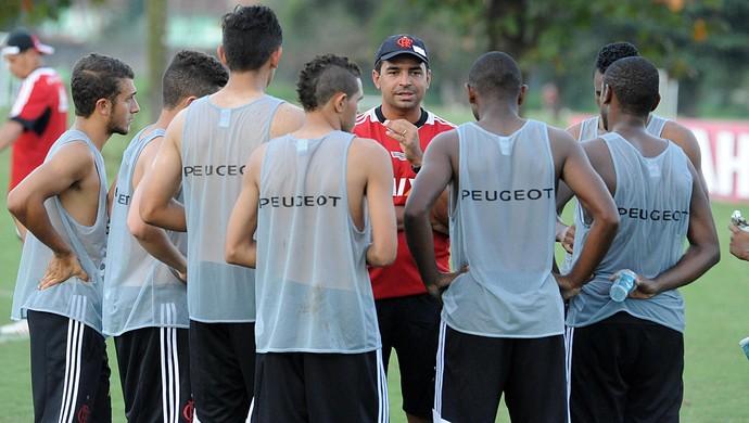 técnico do Flamengo Cleber dos Santos com equipe sub-20 que vai disputar a Copinha 03 (Foto: Assessoria de imprensa do Flamengo)