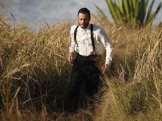 Rodrigo veste roupas de outra época no sonho (Foto: Amor Eterno Amor/TV Globo)