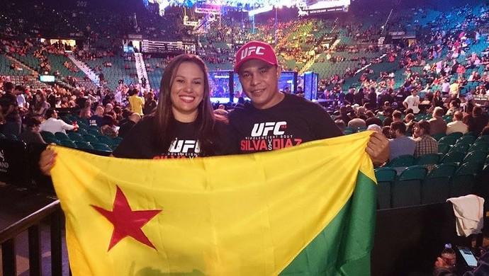 Francimar Oliveira e Ceiça Maciel com a bandeira do Acre para ver Spider em Las Vegas (Foto: Arquivo pessoal)