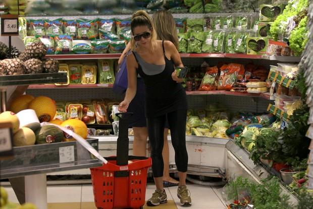 Danielle Winits faz compras (Foto: Fábio Martins / AgNews)