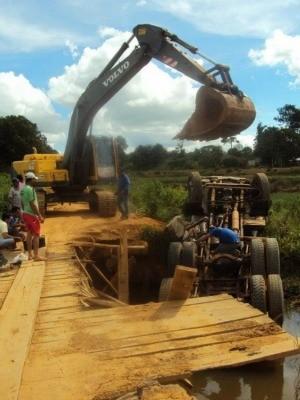 Caminhão caiu no rio Santa Helena ao passar na ponte de madeira (Foto: Maico Gean/Jaru Online)