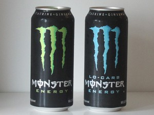 Latas da bebida energética Monster Energy Drink (Foto: Reuters)