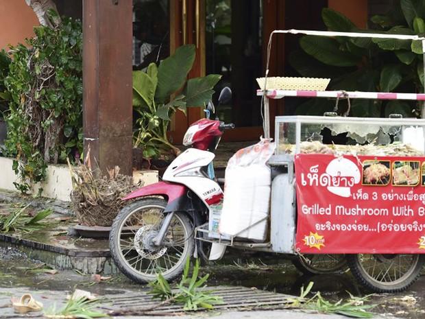 Carrinho de vendedor ambulante de comida ficou danificado após explosão em Hua Hin nesta sexta-feira (12) (Foto: Munir Uz Zaman / APF)