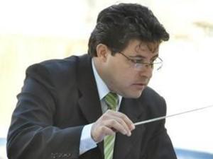 Maestro Fúlvio Scarme regendo sua Banda Musical (Foto: Carlos Alberto Soares/ TV TEM)