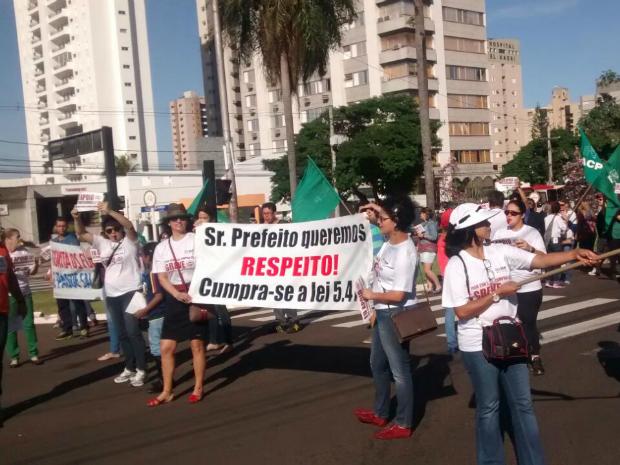 Professores em greve protestam e fecham via em frente a prefeitura de Campo Grande (Foto: Edmar Melo/ TV Morena)
