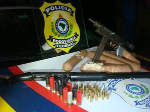 PRF apreende droga, armas e munição na BR-116, sudoeste da BA (Foto: Divulgação/ PRF)