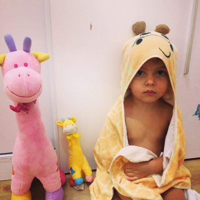 """Esta é a Marina, minha """"toddler"""", protestando porque eu queria vestí-la depois do banho (Foto: Arquivo Pessoal/ Vanessa Lima)"""