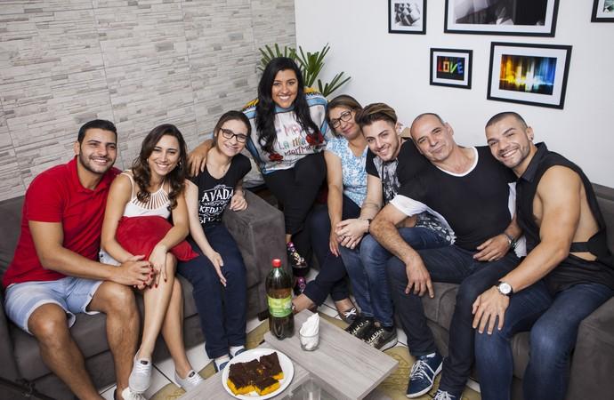 Regina Casé é recebida na casa da família Santos Moura (Foto: João Januário/Globo)