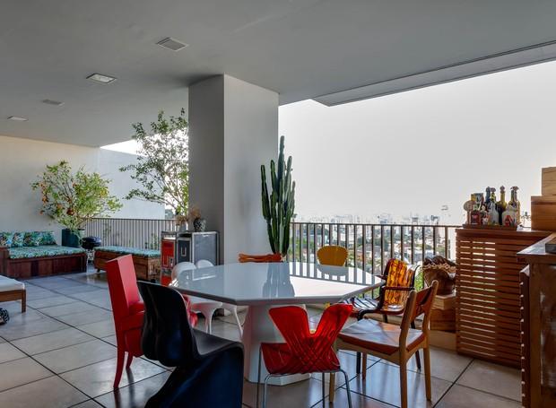 Na varanda, mesa e cadeiras de design dividem espaço com confortáveis chaises (Foto: Divulgação)