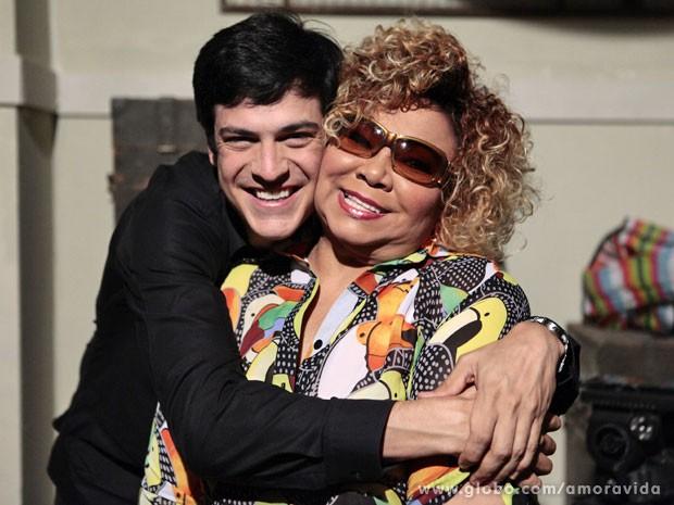 Mateus abraçando a diva Alcione (Foto: Pedro Curi/TV Globo)