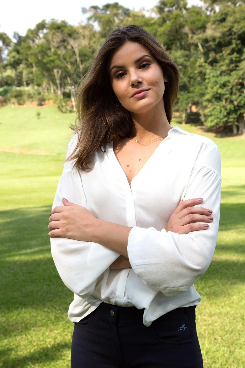 Camila Queiroz posa para as lentes do Gshow caracterizada como Luiza nas gravações em Petrópolis (Foto: Adriana Garcia/Gshow)