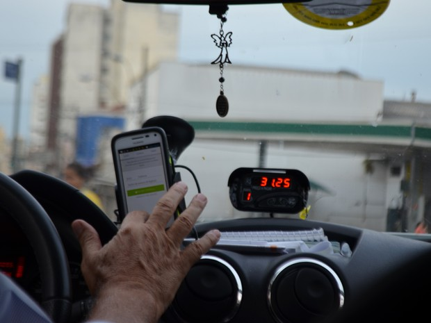 Taxista consulta a rota no Centro de Campinas (SP) (Foto: Marina Ortiz/ G1)