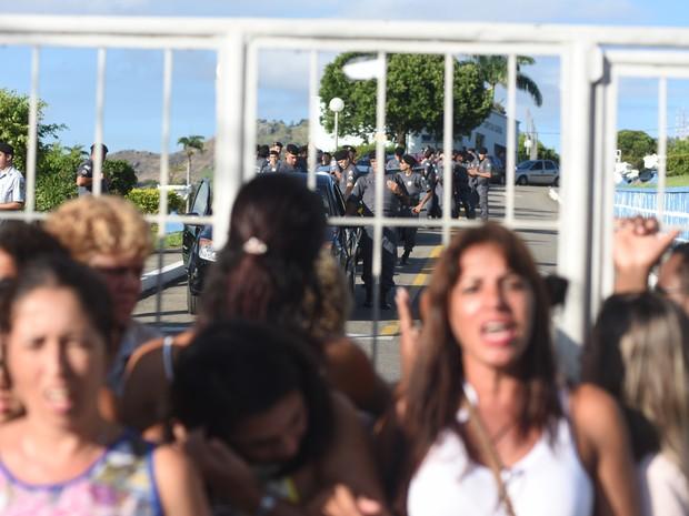 Mulheres dos policiais miltares bloqueiam portão de saída de quartel (Foto: Fernando Madeira/ A Gazeta)