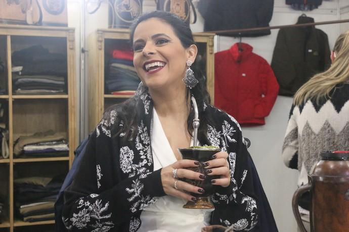 Shana nos estandes da Fenadoce em Pelotas Galpão Crioulo (Foto: Gabriela Haas/RBS TV)