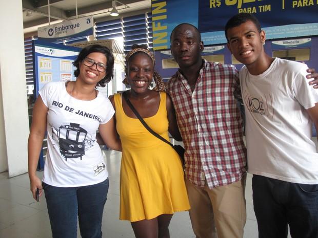 Os quatro participantes do intercâmbio na estação de teleférico de Bonsucesso (Foto: Carolina Lauriano / G1)