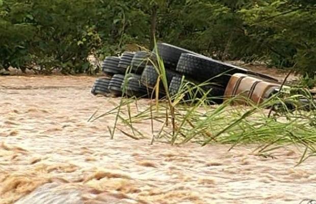 Motorista tenta passar por enxurrada e tomba carreta após chuva na BR-153 em Goiás (Foto: Reprodução/TV Anhanguera)