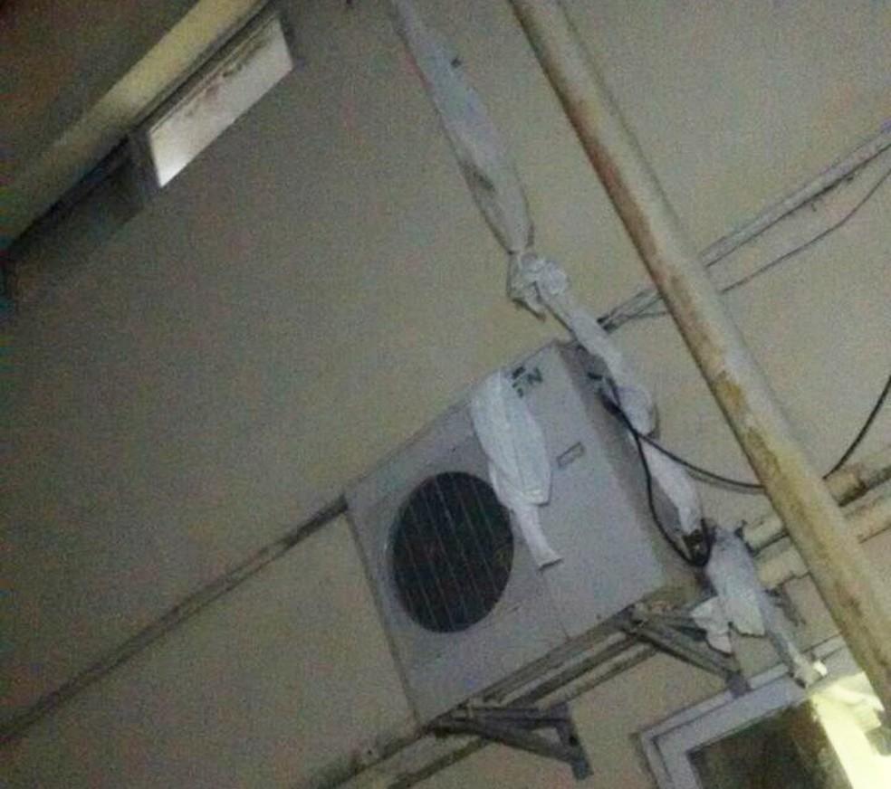Corda de lençóis foi feita pelos presos para que eles descessem por janela. (Foto: Divulgação / PM)
