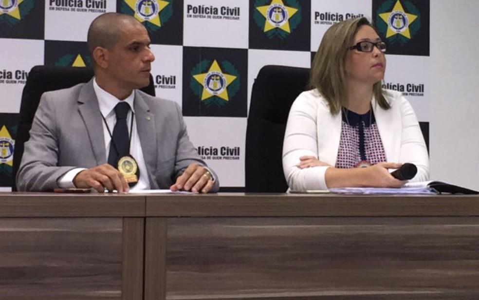 O delegado assistente Rodrigo Bechara e a delegada titular Juliana Amorim, da DCAV, na coletiva sobre a prisão de mãe que deixava a filha ser estuprada (Foto: Henrique Coelho/G1)