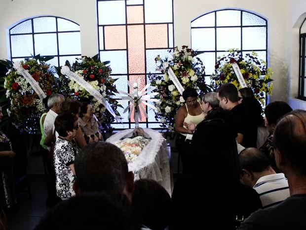 Familiares e amigos fazem as últimas homenagens ao poeta Manoel de Barros (Foto: Lucas Lourenço/G1MS)