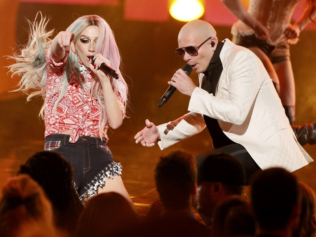 Pitbull e Ke$ha cantam 'Timber' no American Music Awards em Los Angeles, nos Estados Unidos (Foto: Lucy Nicholson/ Reuters)