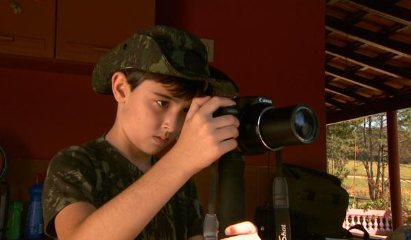No ''Você no TG'', um jovem garoto observa todos os pássaros que passam pelo seu quintal (Foto: Divulgação EPTV)