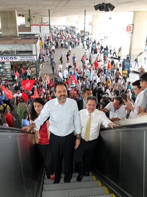 Agnelo Queiroz com a esposa e Tadeu Filippelli na Rodoviária do Plano Piloto (Foto: Roberto Barroso / Agência Brasília)