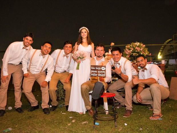 Padrinhos dos noivos também desceram de paraquedas  (Foto: Luciano Oliveira)