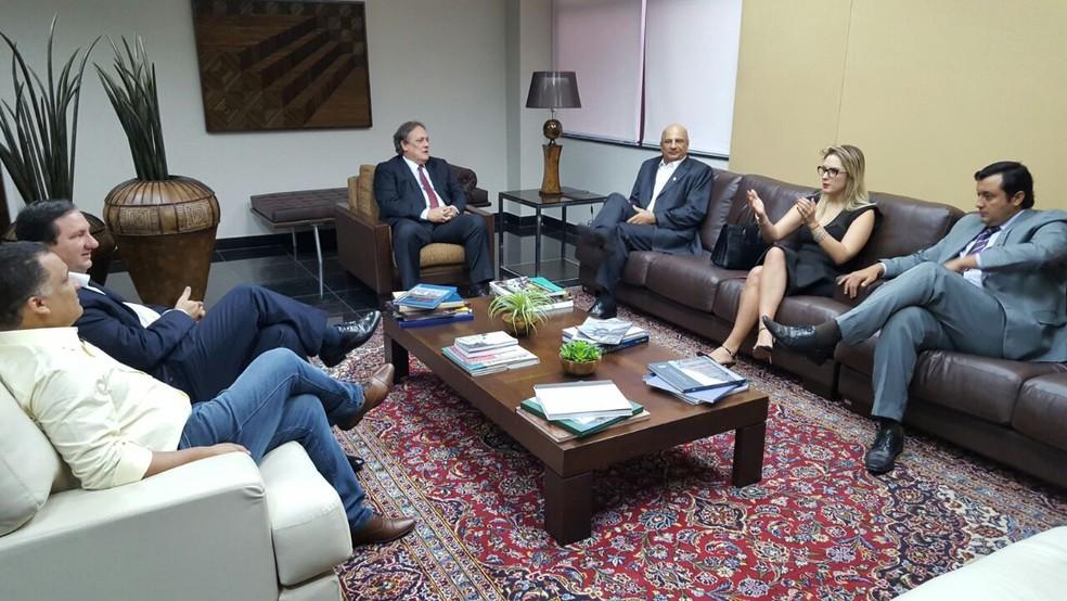 Deputados da oposição se reuniram com o presidente do TJMT, Rui Ramos, nesta segunda-feira (15) (Foto: Laura Petraglia/ ALMT)