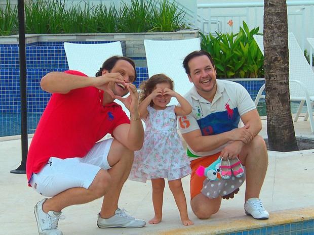 Mailton e Wilson com a filha de dois anos, Maria Tereza, ganharam mais um filho, Theo (Foto: Reprodução/TV Globo)