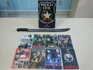 Facão e filmes assistidos por irmãos após o crime foram apreendidos (Foto: Polícia Civil/Divulgação)
