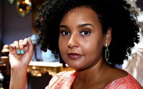 Pele negra perfeita: blogueira ensina dicas de maquiagem e 'contouring'