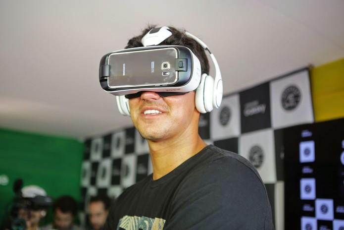 Gabriel Medina teste Gear VR, o óculos de realidade aumentada da Samsung  (Foto  969a097d59