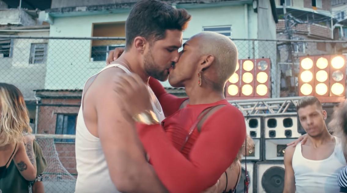 Nego do Borel d beijo em modelo no novo clipe de 'Me Solta' (Foto: Reproduo)