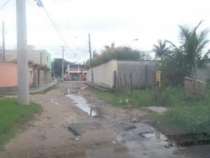 Leitora mora há 39 anos em Guaratiba e espera melhorias feitas pelo governo no local (Foto: Inez Alves Muniz Almeida/VC no G1)