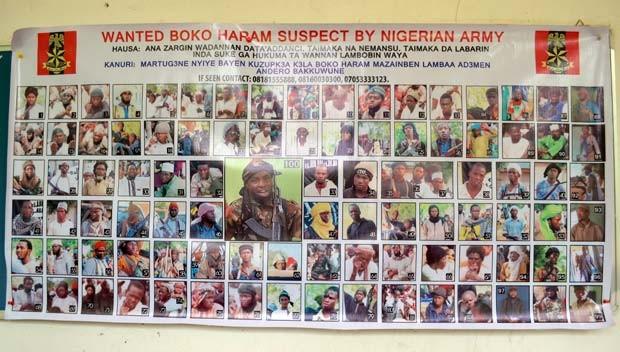 Cartaz com os 100 membros do Boko Haram foi divulgado nesta quarta-feira (28) em Maiduguri  (Foto: AFP PHOTO / STRINGER)