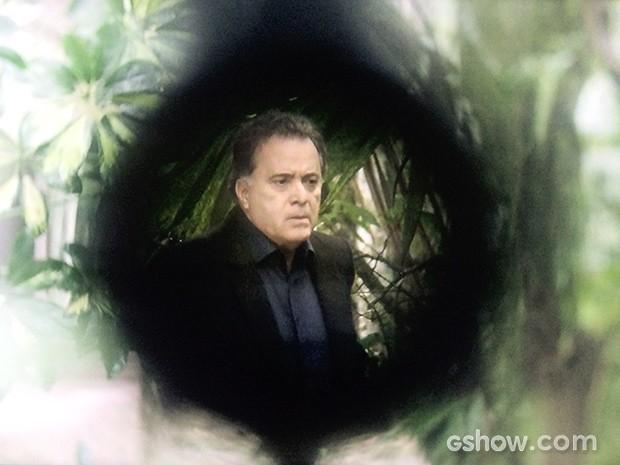 Braga fica na mira do atirador misterioso ao falar no celular (Foto: O Rebu / TV Globo)