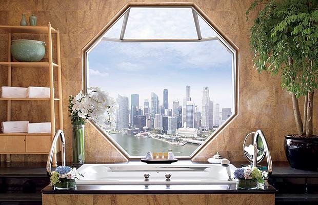A vista mais especial do Ritz-Carlton Singapura não é exatamente do quarto, mas sim do banheiro. Da banheira localizada estrategicamente, os hóspedes podem relaxar com a paisagem da Marina Bay (Foto: Divulgação)