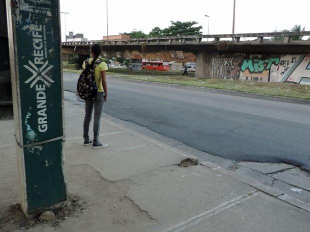 Alunos contam que as paradas da saída da universidade que ficam às margens da BR-101 são as mais perigosas e têm assaltos constatemente. Muitos ladrões também roubam os ônibus na rodovia (Foto: Marina Barbosa / G1)