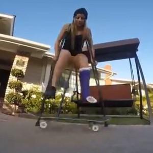 Letícia Bufoni faz manobra de muletas (Foto: Reprodução/Facebook)