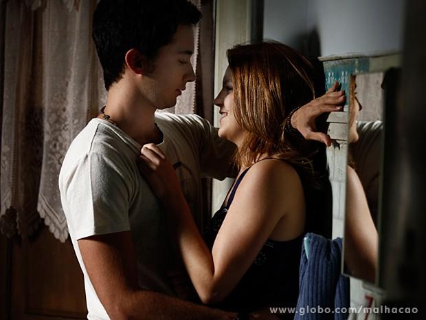 Anita e Ben não aguentam a saudade, mas são interrompidos por alguém (Foto: Inácio Moraes / TV Globo)