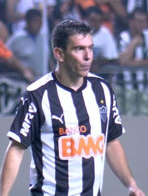 Leandro Donizete em ação pelo Atlético-MG na partida contra o Santos (Foto: Reprodução/Sportv)