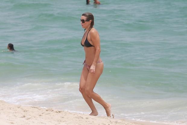 Christine Fernandes na praia da Barra da Tijuca, RJ (Foto: AGNEWS/DILSON SILVA)