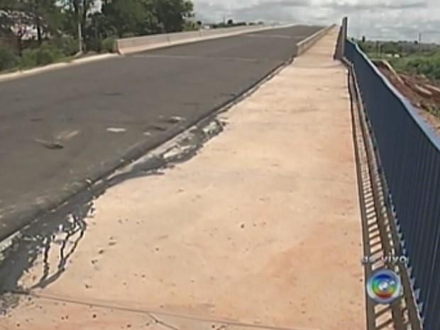 Viaduto está em construção há mais de 20 anos (Foto: Reprodução/TV TEM)