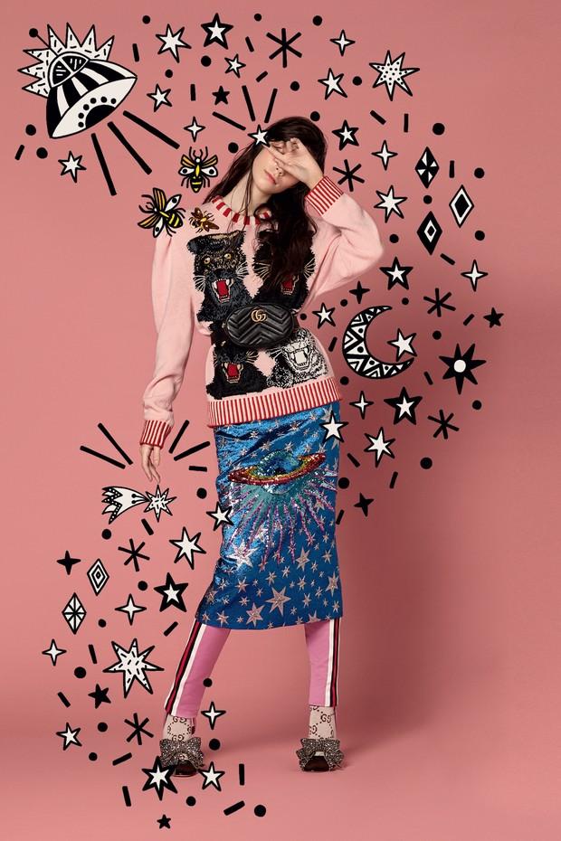 Manuela Miloqui veste suéter de lã bordado (R$ 12.840), saia (R$ 9.810), calça de jérsei (R$ 3.370), pochete de couro (R$ 4.140), sandálias com laços de cristais (R$ 7.829) e meias (R$ 490). Todas as peças são da coleção de pre-fall 2017 da Gucci (Foto: Ana Strumpf e Verena Smit)