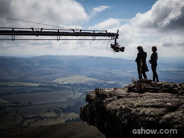Nero e Andreia Horta contracenam no alto um dos rochedos de Carrancas (Foto: Pedro Curi)