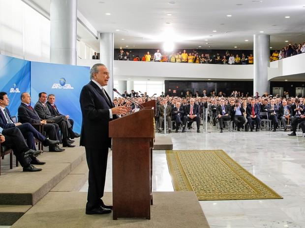 Presidente em exercício, Michel Temer, durante encontro com representantes da Câmara Brasileira da Indústria da Construção. (Foto:  Beto Barata/PR)