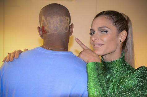 Fernanda Lima e o fã que raspou o cabelo (Foto: Raphael Dias/ TV Globo)