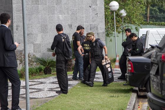 Policiais federais carregam malotes com material apreendido na Operação Greenfield para a sede da PF em São Paulo (Foto: Marivaldo Oliveira/Código19 / Ag. O Globo)